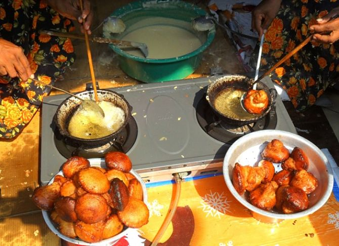 Oil cakes are traditional New Year fare_opt